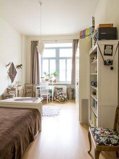 Lichtdurchflutetes Schlafzimmer mit Leseecke und Arbeitsbereich. #Schlafzimmer #WG #Zimmer #Einrichtung #Sitzsack #Leseecke #Arbeitszimmer #Arbeitstisch #Schreibtisch #Regal #Aufbewahrung #Organisation #bedroom #interior #bed #workspace