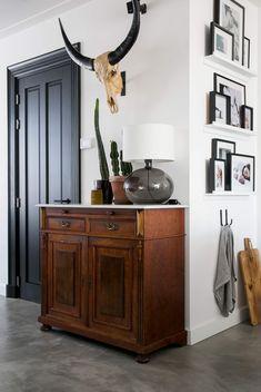 foodhal Yada Yada echt een aanrader, net als Cabinet Inspiration, Interior Inspiration, Living Room Interior, Home Living Room, Retro Home Decor, Rustic Interiors, Home Furnishings, New Homes, House Design