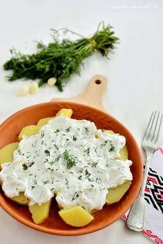 Salată de cartofi cu sos de iaurt, usturoi și mărar