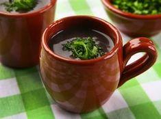 Caldinho de Feijão Ingredientes 1/2 xícara(s) (chá) de feijão preto 2 litro(s) de água 1 tablete(s) de caldo de bacon e louro 1 colher(es) (sopa) de óleo de milho 1 dente(s) de alho picado(s) 3 colher(es) (sopa) de cebola picada(s) 1/2 unidade(s) de tomate sem semente(s) e picado(a) 2 colher(es) (chá) de molho de pimenta vermelha