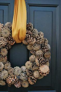 bricolage d'automne : couronne en pommes de pin Plus