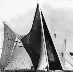 """Padiglione Philips Expo di Bruxelles,Le Corbusier, 1956-58 - Sintomi di chi studi architettura: 1. Sai che sapore hanno la colla e la balsa. 2. Ti chiedono continuamente: """"e... questa faccia?"""" 3. Hai cambiato il tuo vocabolario drasticamente (""""dovere per consegna, palla per sfera, gente per destinatari...) 4. Non capisci la gente che può spendere meno di 10 euro in una libreria. 5. Odi che i tuoi genitori ti dicano """"Vai a dormire!!"""",""""Se in ogni ca"""