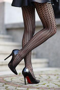 ...help! I have nothing to wear! - fashion blog: Czerwona bluzka, skórzana spódniczka i wzorzyste czarne rajstopy