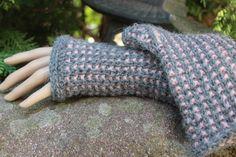 Die etwas dickere Variante der Septemberwaldstulpen. Dieses Mal aus Babyalpaca in grau/rosenholz. Eine elegante Farbkombination, die zu vielem passt. Ein schönes Geschenk für die Freundin, oder...