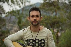Serginho Freitas, é nascido no interior do Rio de Janeiro. Com influências principalmente de artistas da Música Popular Brasileira, o jovem carioca apresenta