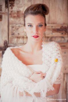 Modèle: Maëliss /Robe et Châle: Gwanni créateur de mode /Coiffure: Madam'Sans Gêne /Maquillage: Anaïs Périé Mua /Bijoux: La Meute de Loups /Fleur: Gali M