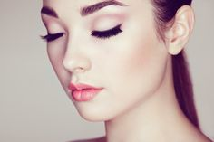 Schöne Augen kommen am besten mit einem tollen Wimpernaufschlag zur Geltung. Wir haben das perfekte DIY Wimpernserum für Dich!