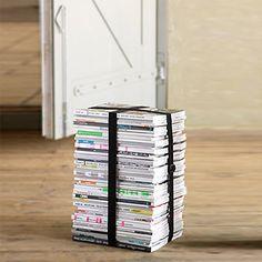 Maak van een flinke stapel tijdschriften eenvoudig een krukje door er een zwarte band om te binden. De mooiste cover doe je natuurlijk  boven op