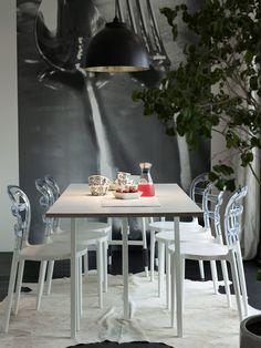 Ruokailutilan tapetti on tilattu Hollannista, Behangwereld.nl-nettikaupasta. Miss Bibit -tuolit ovat Etolasta ja pöytä on Hayn Loop. Kylie-kattovalaisin Kärkkäiseltä. Askon taljamatto on kestänyt lapsiperheen sotkut mainiosti, edes mustikkamehu ei imeytynyt siihen kiinni.