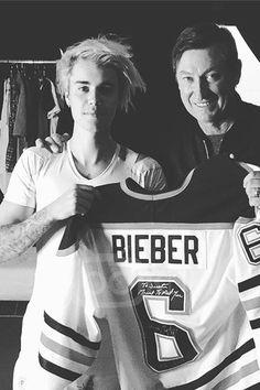 Justin Bieber - Receiving a Justin Bieber camp jersey from Wayne Gretzky