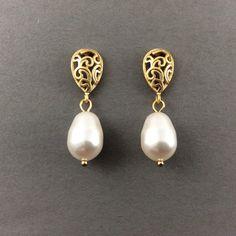 White pearl earrings gold pearl earrings bridesmaids by casamoda Gold Jhumka Earrings, Jewelry Design Earrings, Gold Earrings Designs, Pearl Drop Earrings, Pearl Jewelry, Pearl Necklace Wedding, Simple Earrings, Gold Pearl, Etsy