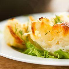 Als mit Käse überbackener Blumenkohl auf Kartoffelbett schmeckt dieses Gericht meist auch Kindern! Mit leckerem Emmentaler Käse im Ofen überbacken ist der Blumenkohl auch ein leckeres und sättigendes vegetarisches Essen.