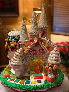 Homemade Gingerbread House, Cool Gingerbread Houses, Gingerbread House Designs, Gingerbread House Parties, Gingerbread Village, Gingerbread Decorations, Christmas Gingerbread House, Gingerbread Cookies, Christmas Desserts