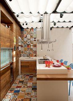 Mosaico de ladrilho hidráulico no espaço gourmet   [Foto: Luis Gomes]  @ Revista Casa e Jardim