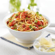 Best Tomato and Pancetta Spaghetti - true Italian style, this pasta is sparsely sauced. This delicious tossed pasta comes together in minutes. Serve with a green salad and a tumbler of wine. Parmesan, Risotto, Pasta Soup, Pasta Dishes, Popular Recipes, I Love Food, Food For Thought, Dinner Recipes, Rice