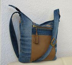 Umhängetaschen - Jeanstasche Umhängetasche Leder - ein Designerstück von Gasani bei DaWanda Denim Bag Patterns, Diy Bags Patterns, Denim Tote Bags, Denim Purse, Mochila Jeans, Beige Jeans, Denim Crafts, Recycle Jeans, Boho Bags