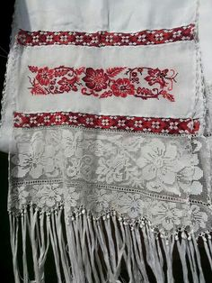 Rebozo de pollera en punto de cruz Hand Embroidery Designs, Embroidery Stitches, Charro Dresses, In Ancient Times, Panama, Old And New, Applique, Diy Crafts, Sewing