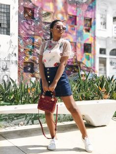 Look meigo usando saia jeans e blusa tule rose. Cute