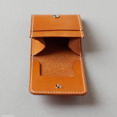 くも舎のコインケース箱型は、小さくてシンプルでもこだわりがたくさんあります。 まず、革は日本の栃木レザーというタンナーの牛革を使用しています。タンニン槽で約3週間という長期間なめした昔ながらの100%植物タンニンなめしです。