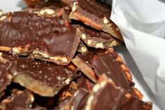 SALTED CARAMEL PRETZEL BARK Ingredients : 2 sticks of butter 1 cup of light brown sugar 1 reg. bag of pretzels 12 ounce bag of chocolate chips Sea salt Directions Preheat the oven to Line a large bar pan with parchment paper, cover with pretzels In a Köstliche Desserts, Delicious Desserts, Dessert Recipes, Yummy Food, Tasty, Plated Desserts, Holiday Baking, Christmas Baking, Christmas Treats