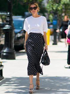 Marina Larroude Street Style Saia Midi de Poá com T-Shirt