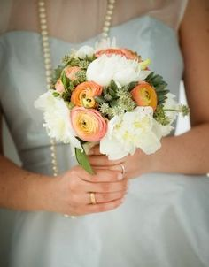 Brautstrauß mit Ranunkeln und Pfingstrosen – Peonies and ranunculus bridal bouquet - weddingstyle.de