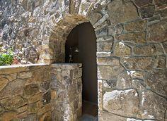 Летний душ для дачи: 65 идей освежающего оазиса среди палящего зноя (фото) http://happymodern.ru/letnij-dush-dlya-dachi-65-foto-priyatnyj-oazis-sredi-palyashhego-znoya/ Шикарный каменный душ