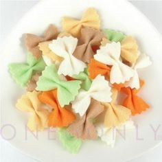 I think my sister should make these for us and her! Felt food bow tie pasta//when Cadence is older! A fun addition to a play kitchen! Sewing For Kids, Diy For Kids, Crafts For Kids, Food Crafts, Diy Food, Comida Diy, Felt Food Patterns, Pretend Food, Pretend Play