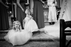 Flower girl in the middle of the wedding ceremony | Juliana Laury Photography