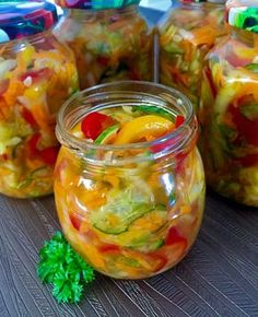 Sałatka z mnóstwem smacznych i kolorowych warzyw to sposób na zatrzymanie cząstki lata w słoiczku. Zimą kiedy na dworze szaro, buro i ponuro otwieramy taki słoiczek i już przypomina nam się upalne lato Sweet Recipes, Vegan Recipes, Fusion Food, Meals In A Jar, Polish Recipes, Kimchi, Vegan Vegetarian, Food To Make, Food And Drink