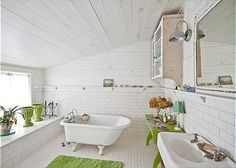 Mermaid Manor-Great little bathroom. Boy does that look like a tiny tub. Maybe it's just the camera angle. ;-)-EFM