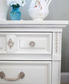 How to paint furniture with spray paint - you tube tutorial. Spray Paint Tips, Spray Paint Furniture, Spray Painting, Painting Tips, Furniture Makeover, Painted Furniture, Diy Furniture, Painting Veneer, Painting Art