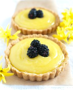 Lemon Curd Tart with Olive Oil. I'm on a citrus baking kick lately. I will need to buy some mini pie tins for these. Lemon Desserts, Lemon Recipes, Tart Recipes, Mini Desserts, No Bake Desserts, Just Desserts, Delicious Desserts, Dessert Recipes, Yummy Food