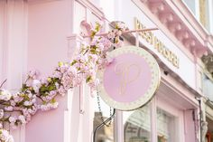 Award-winning cake designer Peggy Porschen has just launched a new flagship Parlour at 219 King's Road in London's Chelsea, with a deliciously photogenic interior by Kinnersley Kent Design. Timber Wall Panels, Timber Walls, Peggy Porschen Cakes, Cake Branding, Pink Bar, Champagne Bar, Rose Wallpaper, Covent Garden, Restaurants