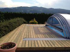 Terrassenboden aus kesseldruckimprägniertem Holz, glatt gehobelt inkl. integrieter Poolüberdachung