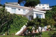 Appartement moderne donnant sur une rue animée dans le centre de la ville de Calella à seulement 50m de la plage. L'appartement Courbet dispose de 7 lits et de 2 salles de bains, il est idéal pour les familles avec enfants.