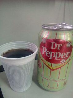 """Uma sensação que lembra uma Coca Cola alternativa, mas pra quem já experimentou a Dr. Pepper Cherry, parece uma mistura fraca entre os dois refrigerantes, mais puxado no paladar pra Coca Cola, e no aroma mais puxado pra Dr. Pepper.  #bebida #sobremesa #refrigerante #doce #DrPepper #sugar #FriendlyPepperUpper #XinGourmet #EmporioChinatown #Chinatown #drink #sugar #coke #candy #cereja #cherry #CocaCola #DollyCola  Dr. Pepper 10 2 4 The Friendly """"Pepper Upper"""" - R$6,50 em Emporio Chinatown."""