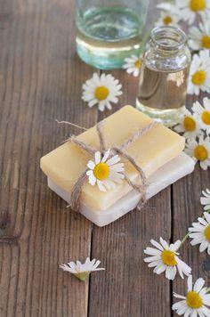 Domácí mýdlo vás uchvátí tím jak vypadá, i svojí vůní. Wooden Background, Herbalism, Homemade, Stock Photos, Ethnic Recipes, Soaps, Natural, Health, Plants