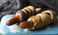 Dette er en enkel pinnebrød oppskrift som kan varieres i det uendelige. Deigen kan krydres med tørkede urter som timian, oregano eller rosmarin. Eller du kan blande inn for eksempel litt hakkede soltørkede tomater eller revet ost. Du kan også lage en søt variant av pinnebrød med sukker og kanel.