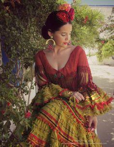Spanish style – Mediterranean Home Decor Spanish Costume, Spanish Dress, Spanish Gypsy, Spanish Style Decor, Gypsy Women, Latina, Native American Clothing, Aztec Art, Bohemian Gypsy