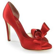 ¿Te atreves con el rojo?  ¡Preciosos zapatos para novia! En Riomar fotógrafos nos gustan estos zapatos para novia. http://riomarfotografosdeboda.com