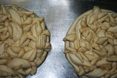 Șeșche / a Korovai variety Bread Art, Braided Bread, Pie Tops, Bread And Pastries, Stuffed Mushrooms, Vegetables, Food, Brioche, Stuff Mushrooms