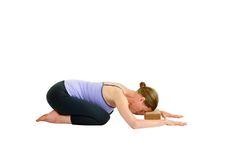 Balâsana (posture de l'Enfant), avec support Démarrez assis sur les talons, les genoux écartés et les gros orteils en contact. Fermez les yeux et penchez-vous en avant. Posez le front au sol ou sur un support – par exemple un bolster (coussin de yoga), une couverture ou une brique – pour que la tête et le cou se détendent davantage. Posez les bras sur le sol devant vous en laissant les coudes se plier sur les côtés.