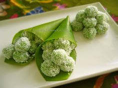 Malaysian Buah Melaka / Onde-Onde Recipe (From My Lemony Kitchen). This is a pandan coconut glutinous rice cake with palm sugar filling. Asian Snacks, Asian Desserts, Sweet Desserts, Asian Recipes, Sweet Recipes, Asian Foods, Indonesian Desserts, Indonesian Cuisine, Indonesian Recipes