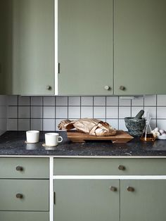 Coffee and toast on the slate worktop in this apartment with green kitchen units. Nordic Interior, Home Interior, Kitchen Interior, Green Kitchen Furniture, Interior Colors, Wooden Kitchen, Kitchen Dining, Kitchen Decor, Decorating Kitchen