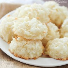Easy Coconut Macaroons by Jen of Yummy Healthy Easy Simple to make coconut macaroons, soft, chewy and full of coconut flavor. Plus lighter and healthier than most cookies! These are a great addition t Coco Cookies, Cookies Et Biscuits, Macaroon Cookies, Cookie Recipes, Dessert Recipes, Macaroon Recipes, Coconut Recipes, Christmas Baking, Sweet Recipes