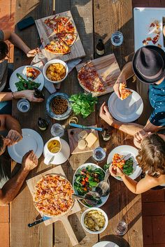 dining al fresco - love the pizza idea! like a picnic in your backyard. Pizza Fitness, Menu Brunch, Yummy Food, Tasty, Healthy Food, Healthy Eating, Healthy Recipes, Dinner With Friends, Food Styling