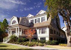 用點色彩,讓家裡的每個空間換上不同的表情,這間位在美國的濱海別墅,風格色彩是帶著清爽的藍,呼應位在海邊的地理位置,再用同樣是粉色系的色彩變換視覺口味,每天都有好心情。 via Christopher A Rose AIA
