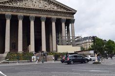 été 2017 : échafaudage sur la façade avant et latérale est de l'église de la Madeleine à Paris