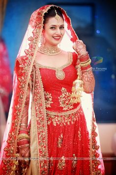 Laal Dupatta! Divyanka Tripathi looks pretty in red at her Wedding ceremony!